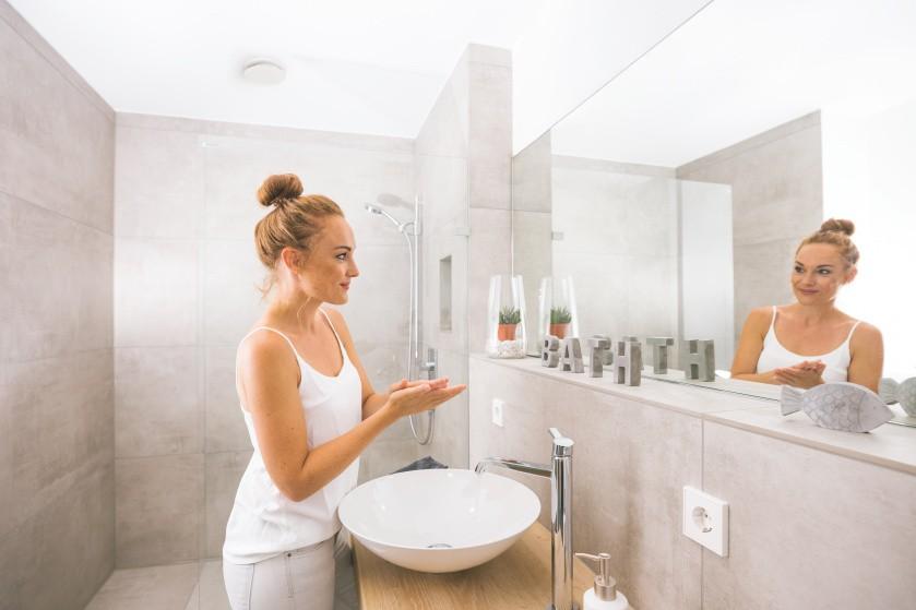 Zehnder-CSY-ComfoValve-Luna-E-bathroom-woman-1_Office_76387